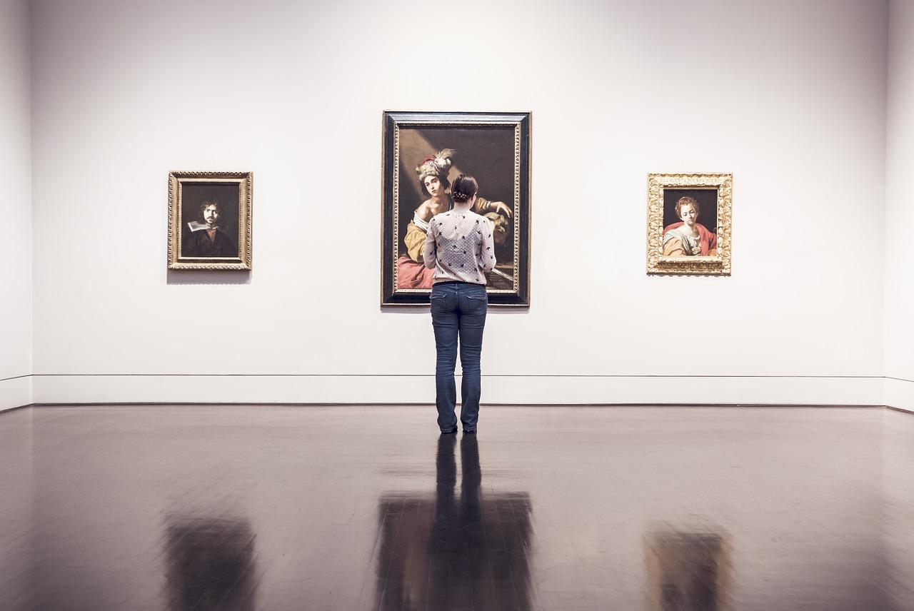 美術鑑賞する女性