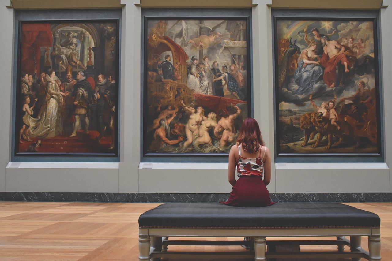 芸術鑑賞をする女性