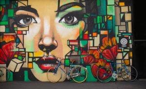 ウォールアートと自転車