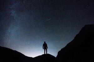 星空を眺める男性